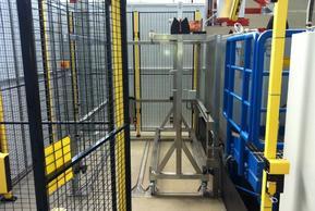Be- und Entladestation mit Chargierwagen Maschinenschutzzaun: Mit Hilfe von Codeblechen erkennt das System welche Ware sich darin befindet und startet das entsprechende Programm